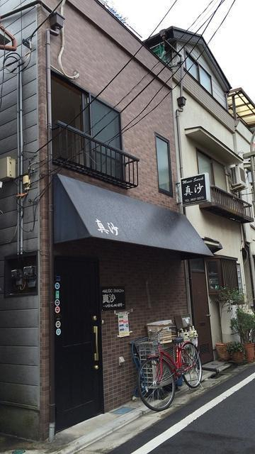 2-bedroom house for sale in Itabashi Ward, in northern Tokyo. The current owner has converted the first floor to serve as a small Japanese pub-style restaurant. Please click on the photo for the full listing, including the floor plan, and to contact the agent.