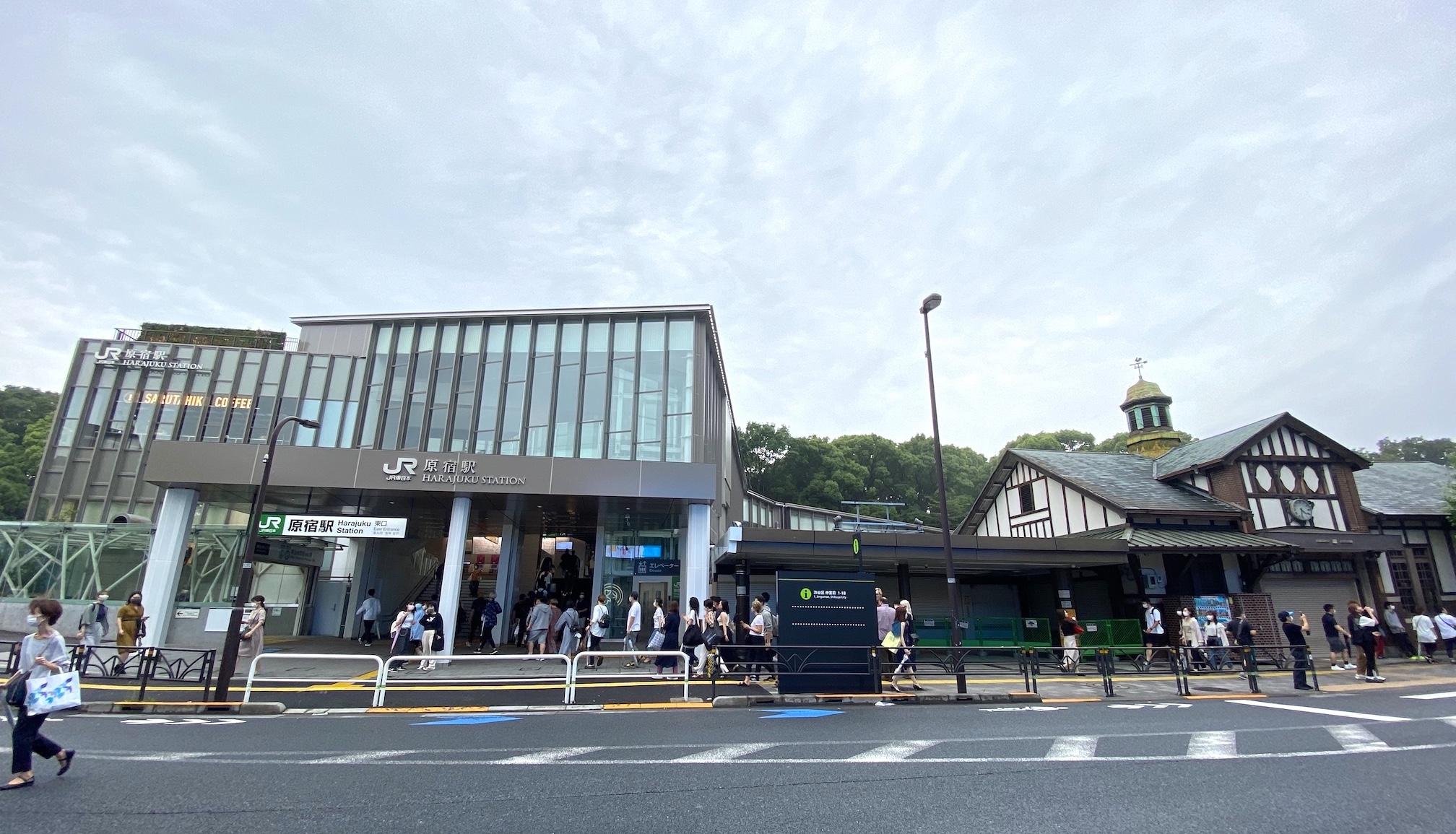 原宿車站新車站和舊木造車站。