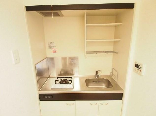 """日本小公寓中典型的""""迷你廚房"""""""