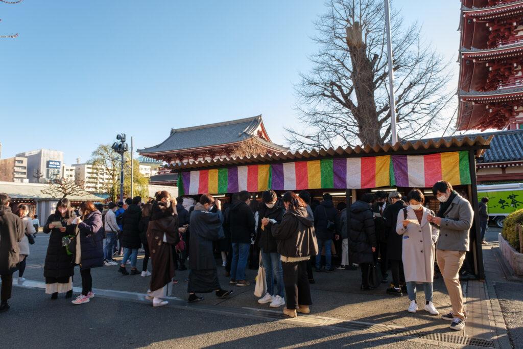 新年期間於淺草寺抽籤詩的人群