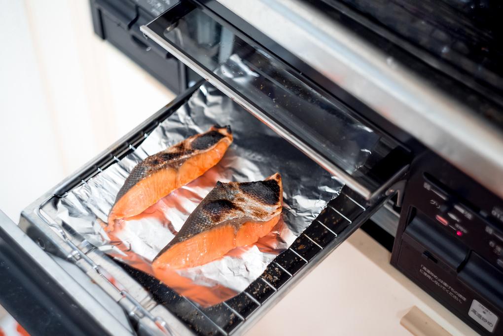 iStock-682496560-Grill-使用日本廚房烤爐-烤鮭魚